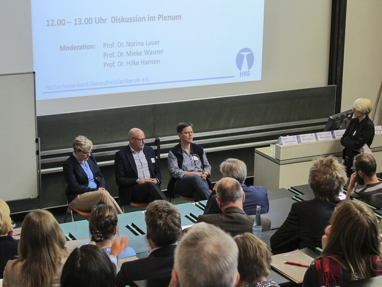 Die Diskutant/-innen (v.l.n.r.): Inga Junge (DVE), Prof. Dr. Volker Maihack (Arbeitskreis Berufsgesetz Logopädie), Dr. Claudia Kemper (Physio Deutschland), Moderation: Prof. Dr. Norina Lauer (Vorstand HVG)